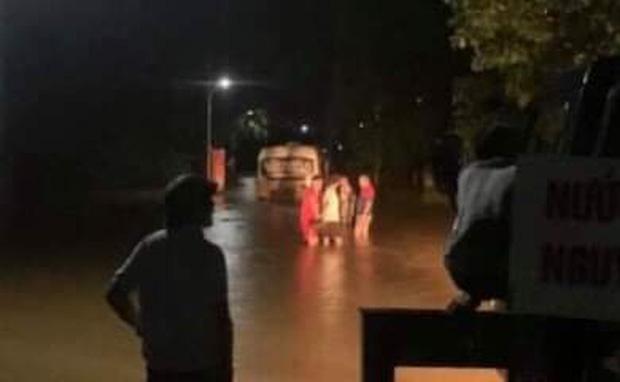 Liều lĩnh chạy vào đường ngập, xe buýt Hà Tĩnh bị nước lũ cuốn trôi-1