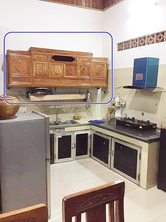 Pha thiết kế nội thất đi vào lòng đất của vị khách đặt chiếc kệ tivi ở phòng khách-1
