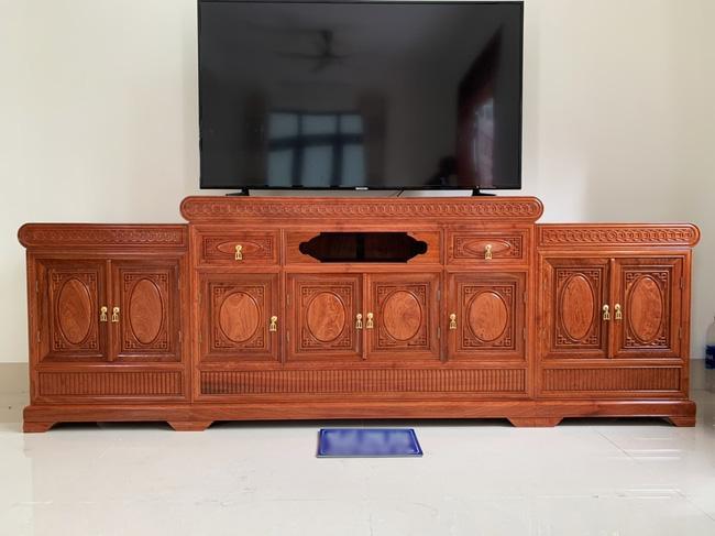 Pha thiết kế nội thất đi vào lòng đất của vị khách đặt chiếc kệ tivi ở phòng khách-2