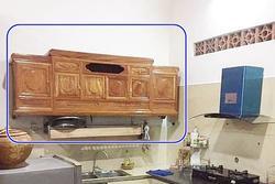 Pha thiết kế 'đi vào lòng đất' của vị khách đặt chiếc kệ tivi ở phòng khách, bếp treo lên tường làm tủ để chén