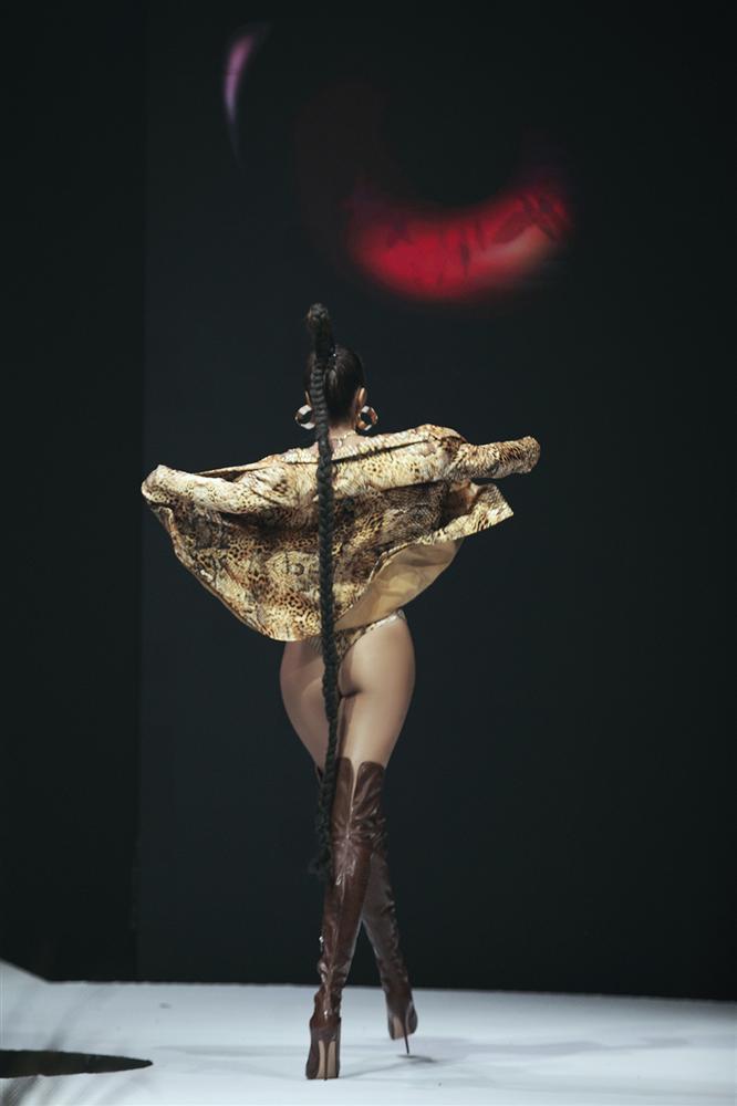 Hội ngộ sàn catwalk: Hà Anh khoe vòng 3 sexy tột độ, Lan Khuê hóa nữ thần-5