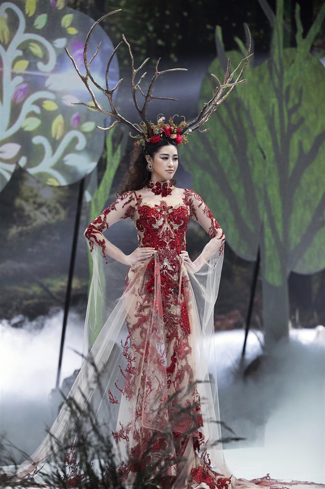 Hội ngộ sàn catwalk: Hà Anh khoe vòng 3 sexy tột độ, Lan Khuê hóa nữ thần-1