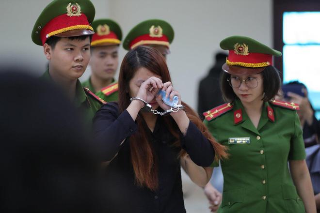 Xét xử vụ bắt cóc bé trai 2 tuổi ở Bắc Ninh: Mẹ mìn khóc nức nở khi bị tuyên án 5 năm tù-1