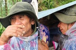 Ông lão lục tìm tấm ảnh gia đình tại hiện trường vụ lở núi ở Trà Leng: 'Cả nhà 8 người, con cháu của tôi chết hết rồi...'