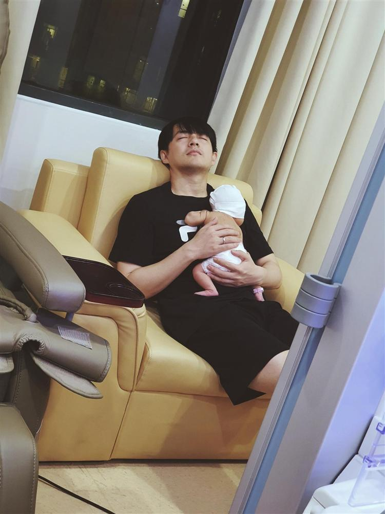 Cảnh Ông Cao Thắng chăm con gái sơ sinh cực đáng yêu qua ống kính Đông Nhi-1
