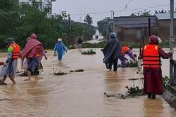 Người phụ nữ bị nước lũ cuốn trôi trên đường đi làm, bỏ lại 3 con nhỏ dại