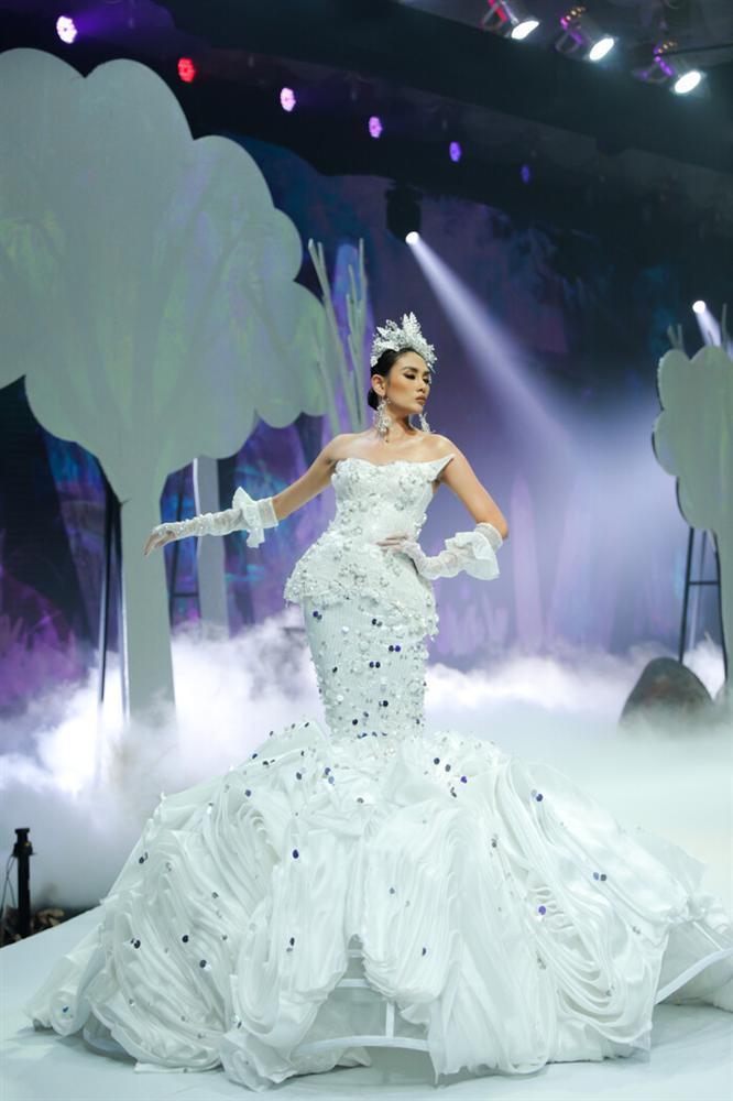 Võ Hoàng Yến mặc váy 30kg - Hải Triều càn quét sàn diễn-3