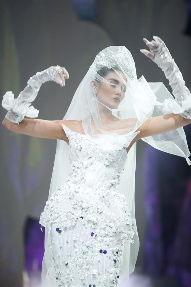 Võ Hoàng Yến mặc váy 30kg - Hải Triều càn quét sàn diễn-4