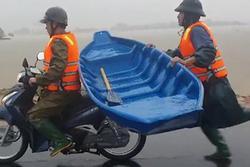 Clip: Chiến sĩ công an chạy bộ theo xe máy suốt 2km để giữ thuyền, nỗ lực cứu người dân mắc kẹt trong lũ