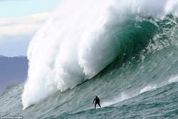 Những người liều lĩnh lướt trên con sóng cao 20m