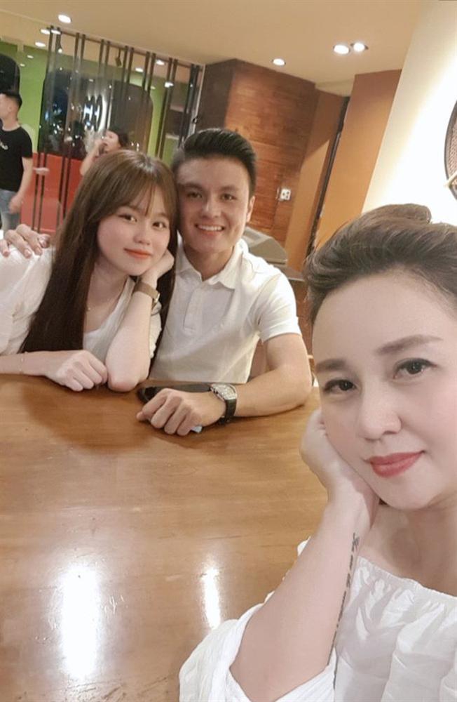 Mới tháng trước, Huỳnh Anh vẫn khoe dép tình yêu trên xe Mercedes của Quang Hải-9