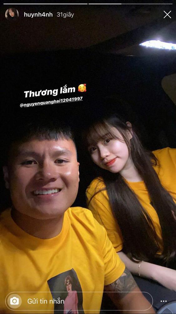 Mới tháng trước, Huỳnh Anh vẫn khoe dép tình yêu trên xe Mercedes của Quang Hải-3