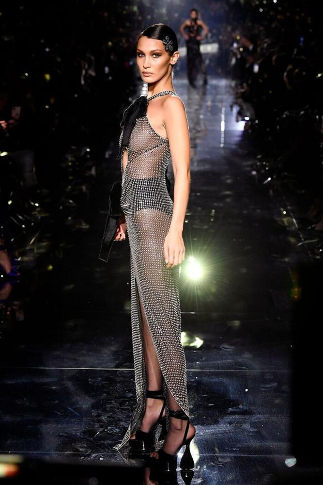 Selena Gomez mặc đầm xuyên thấu vòng 1, đụng độ Bella Hadid lẫn Jennie Black Pink-4