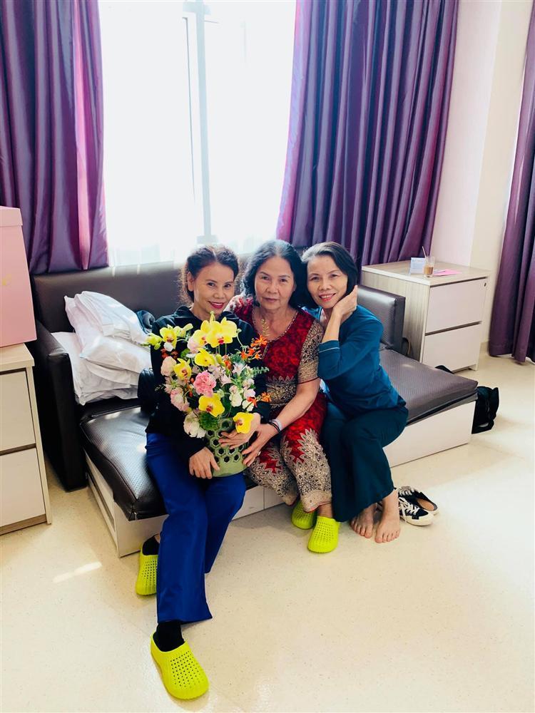 Bạn bè, họ hàng tấp nập tới phòng sinh thăm Hồ Ngọc Hà-6