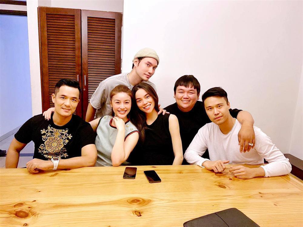 Bạn bè, họ hàng tấp nập tới phòng sinh thăm Hồ Ngọc Hà-11
