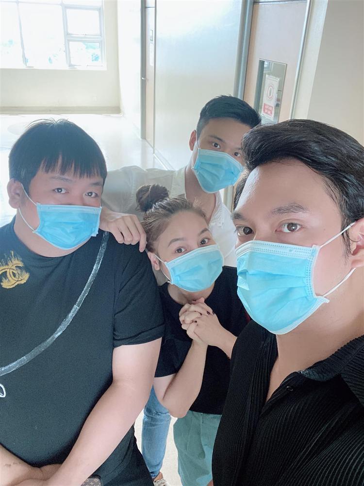 Bạn bè, họ hàng tấp nập tới phòng sinh thăm Hồ Ngọc Hà-10