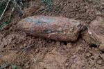 Bom nặng hơn 300 kg lộ thiên sau vụ sạt lở