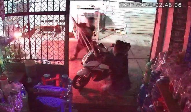 Đang ngồi trước cửa nhà bị nhóm người cầm ba chĩa, mã tấu lao đến truy sát-2