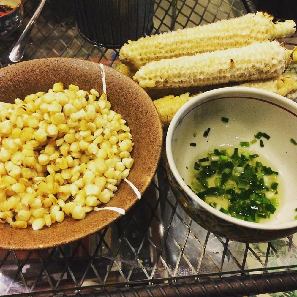 Thuý Vi thưởng thức món bắp nướng mỡ hành ly vỉa hè ngon hết nấc, thử là ghiền-4