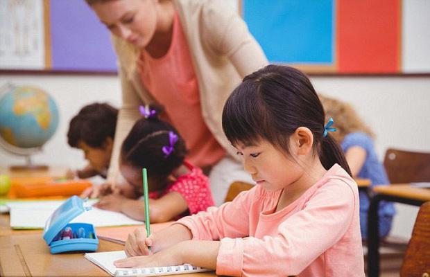 Bé lớp 2 tò mò chuyện cô giáo đi đẻ, nghe trò thắc mắc mà cô đứng hình-1