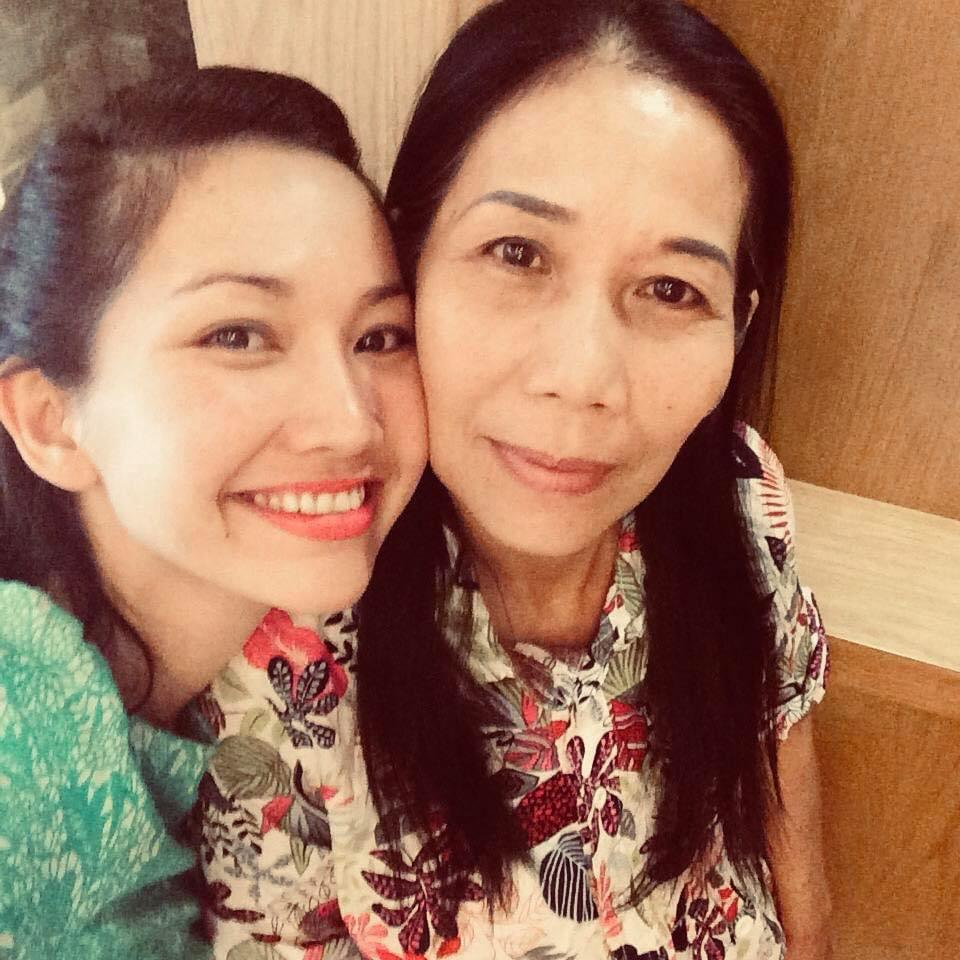 Kim Hiền khóc khi gọi video xem lễ đặt bài vị sau hơn 100 ngày mẹ mất-1