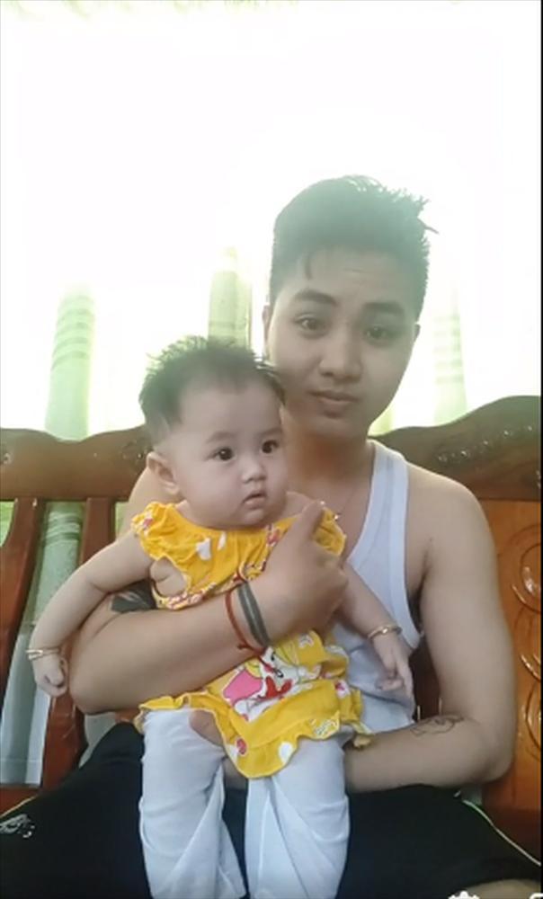 Hé lộ ảnh chăm con của người đàn ông Việt Nam đầu tiên mang bầu trước khi chia tay vợ-8
