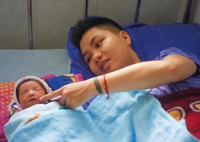 Hé lộ ảnh chăm con của người đàn ông Việt Nam đầu tiên mang bầu trước khi chia tay vợ-11