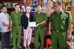 Trao trả 100 triệu đồng bị chiếm đoạt cho vợ nạn nhân thủy điện Rào Trăng 3