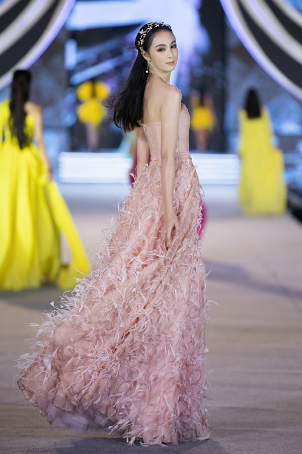 Tiểu Vy - Kỳ Duyên so tài catwalk, top 35 thí sinh hoa hậu tỏa sáng đêm Người Đẹp Thời Trang-6
