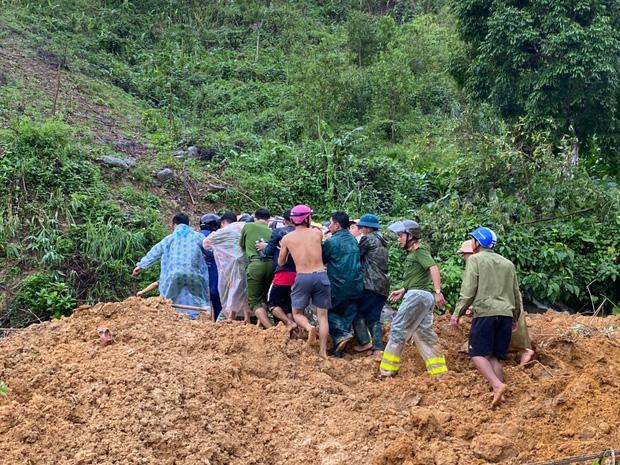 Clip: Khoảnh khắc sạt lở núi vùi lấp người đi đường ở Quảng Nam: Chạy, chạy, chạy đi…-2