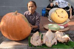 Bà Tân Vlog làm món bí ngô hấp thịt gà siêu khổng lồ, nhìn thành quả có chút kì dị