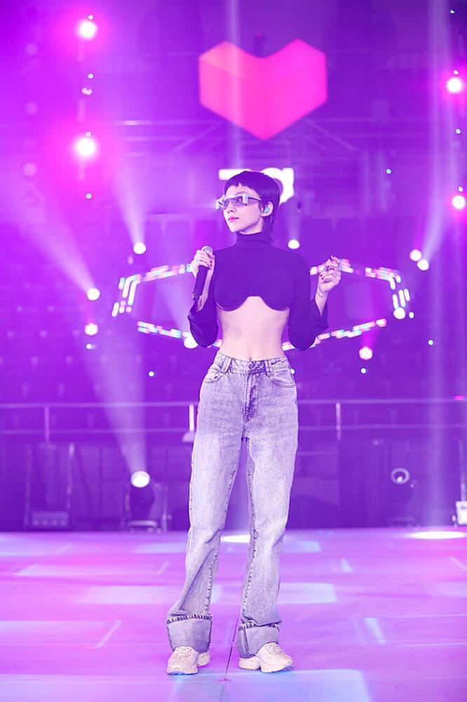 Tóc Tiên mặc áo bikini mang hình bàn tay hư-3