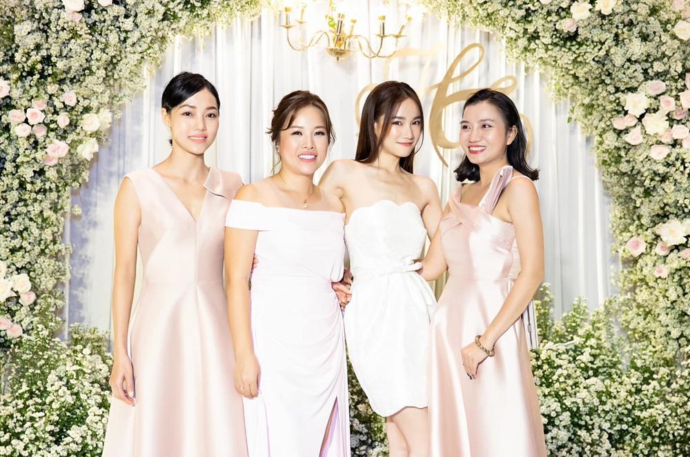 Nhã Phương đẹp lấn lướt cô dâu khi đi dự đám cưới-1