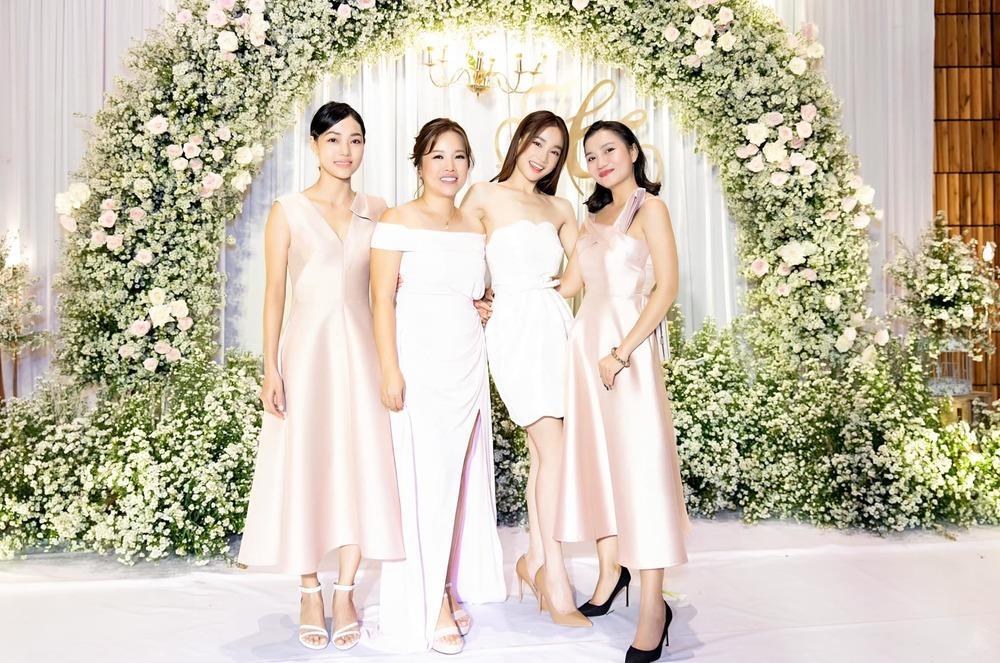 Nhã Phương đẹp lấn lướt cô dâu khi đi dự đám cưới-3