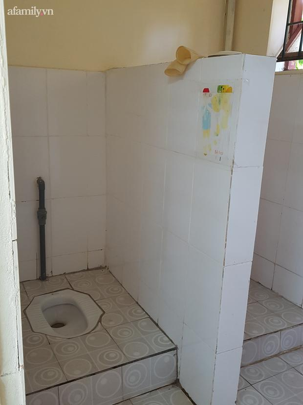 Bé mẫu giáo bị bạo hành trong nhà vệ sinh: Bị cô giáo dọa bắt uống nước bồn cầu-2