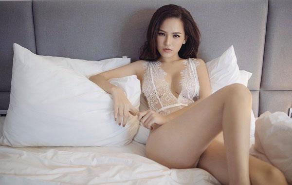 Thánh nữ Mì Gõ Phi Huyền Trang diện đồ ngủ xuyên thấu lộ ngực trần-3