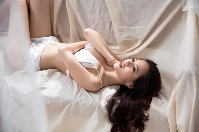 Thánh nữ Mì Gõ Phi Huyền Trang diện đồ ngủ xuyên thấu lộ ngực trần-4