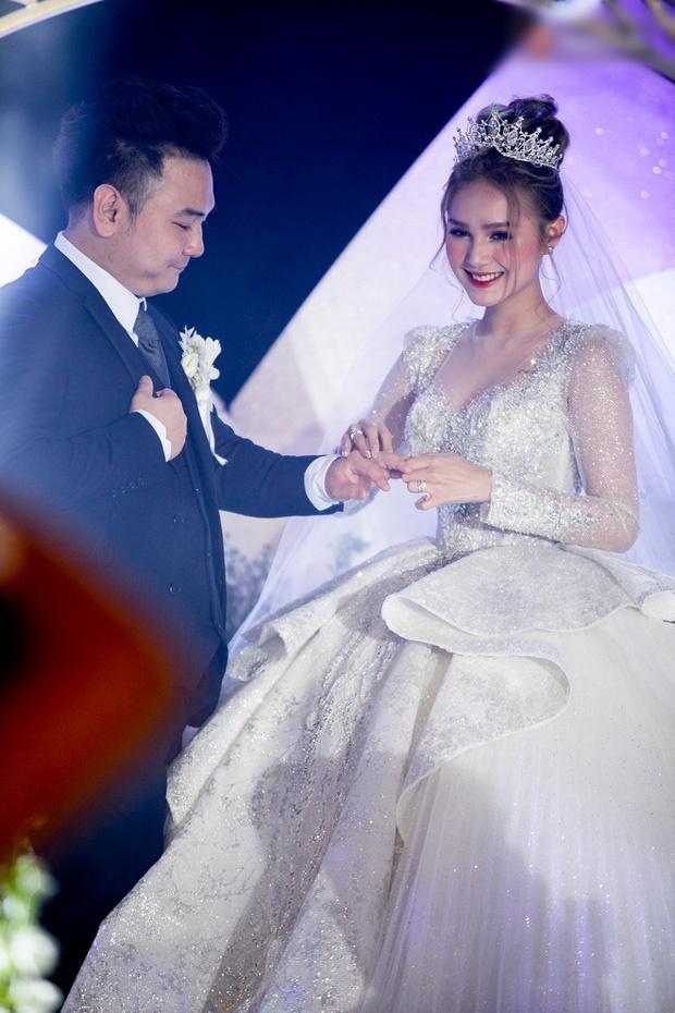 Cận cảnh 3 bộ váy cưới hơn 28 tỷ giúp Xoài Non lộng lẫy như công chúa trong ngày cưới Xemesis-3