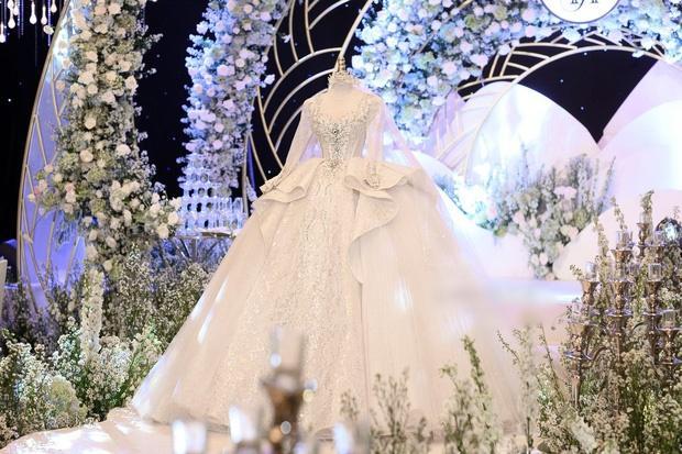 Cận cảnh 3 bộ váy cưới hơn 28 tỷ giúp Xoài Non lộng lẫy như công chúa trong ngày cưới Xemesis-8