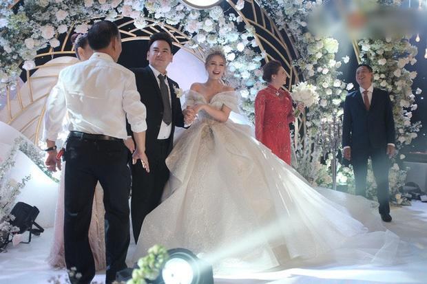 Cận cảnh 3 bộ váy cưới hơn 28 tỷ giúp Xoài Non lộng lẫy như công chúa trong ngày cưới Xemesis-9