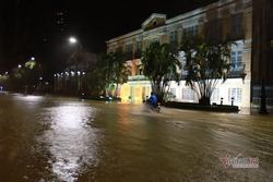 Bão số 13 áp sát kèm mưa lớn, nước sông Hàn dâng tràn lên đường