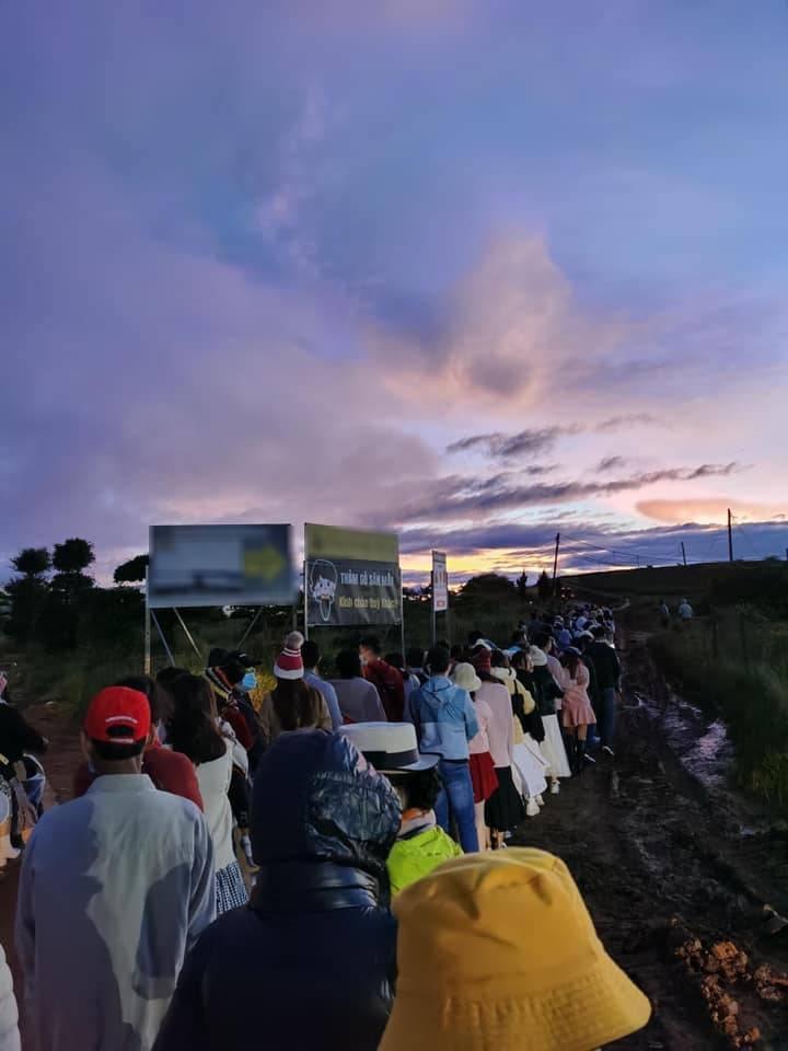 Đà Lạt mùa săn mây, đoàn trăm người xếp hàng dài đợi đến lượt check-in-1