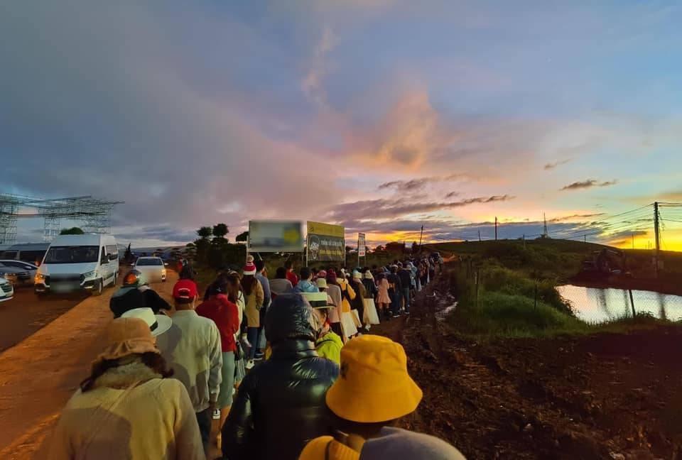 Đà Lạt mùa săn mây, đoàn trăm người xếp hàng dài đợi đến lượt check-in-2