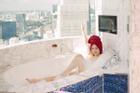 Clip hậu trường Kaity Nguyễn gợi cảm tắm bán nude