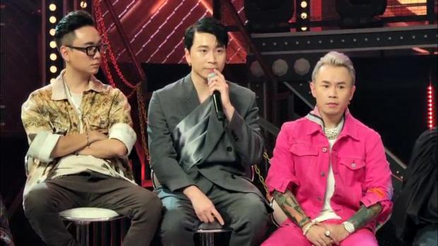 Karik bị chỉ trích vô duyên vì gác chân lên xe người lạ cột dây giày ngay đêm chung kết Rap Việt-2