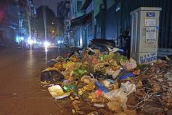 Hà Nội: Phố Yên Phụ ngập rác cả tuần, người dân sống trong 'ác mộng'