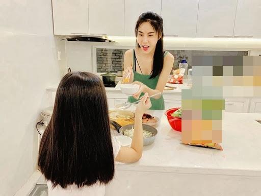 Con gái 7 tuổi của Thủy Tiên lớn phổng phao gây ngỡ ngàng-4