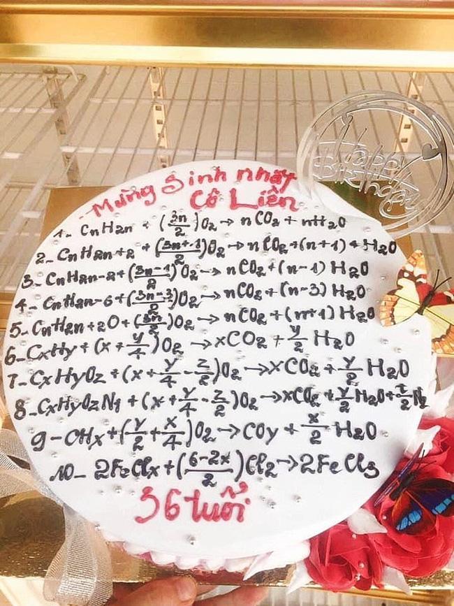 Những chiếc bánh mừng 20/11 vừa nhìn qua đã muốn trầm cảm, thầy cô trông thấy cũng giật mình-5