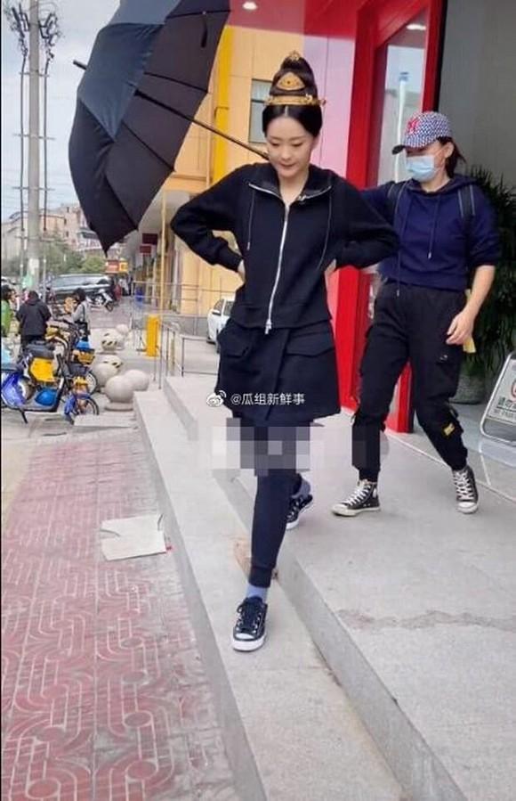 Kinh ngạc nhan sắc của Tình Nhi cách cách Vương Diễm tuổi 46, trông như a hoàn trên phim trường-2