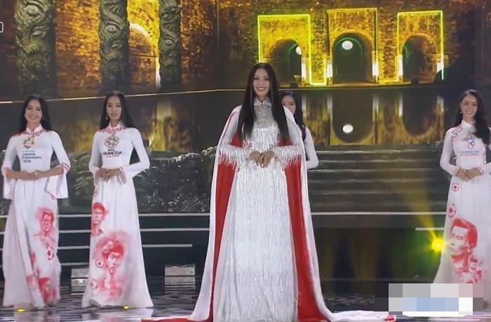 Thí sinh Hoa hậu Việt Nam diện áo dài in hình dàn cầu thủ U23 Việt Nam gây tranh cãi-2